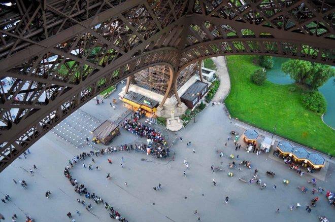 larga cola para visitar la Torre Eiffel