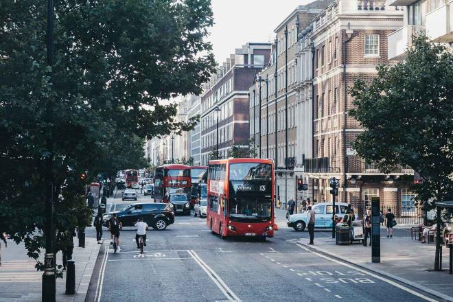 Autobuses y taxis rojos de dos pisos en una calle en λondon