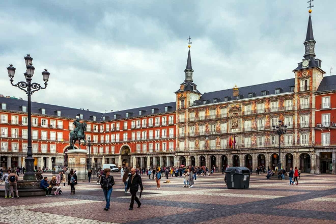 alcalde de la plaza con la estatua del rey philips