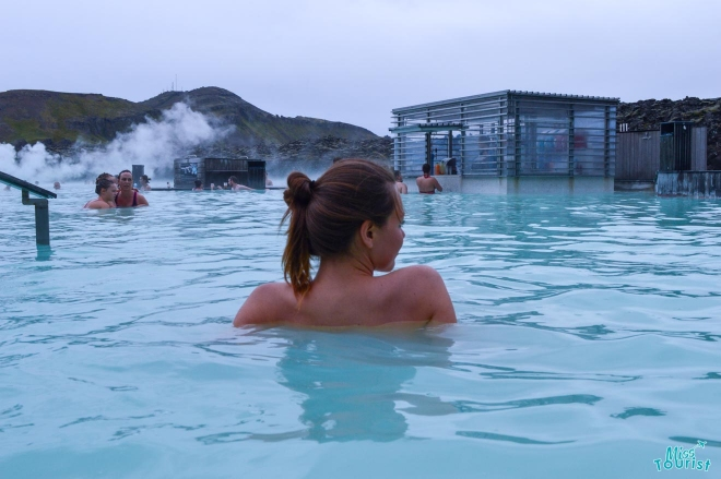Chica relajante en la laguna azul