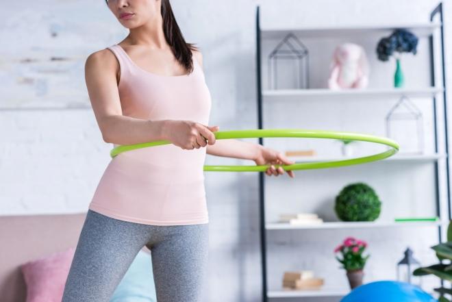 mujer haciendo ejercicios en casa