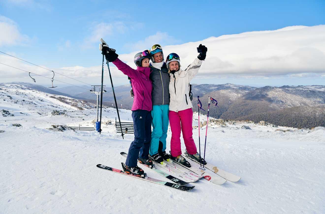 Esquiadores en Thredbo en el paso de las montañas nevadas
