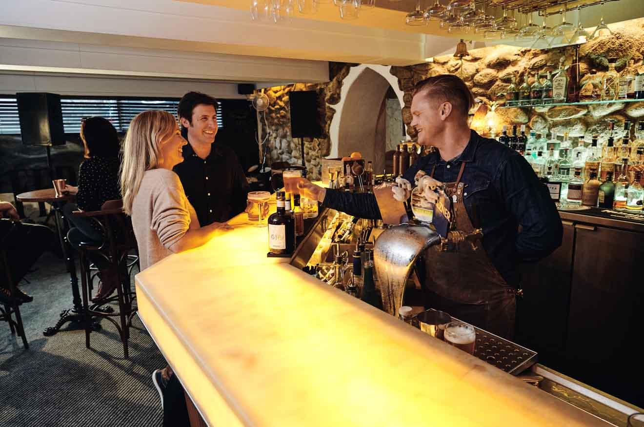 Hotel, Thredbo en los bares y restaurantes de las montañas nevadas