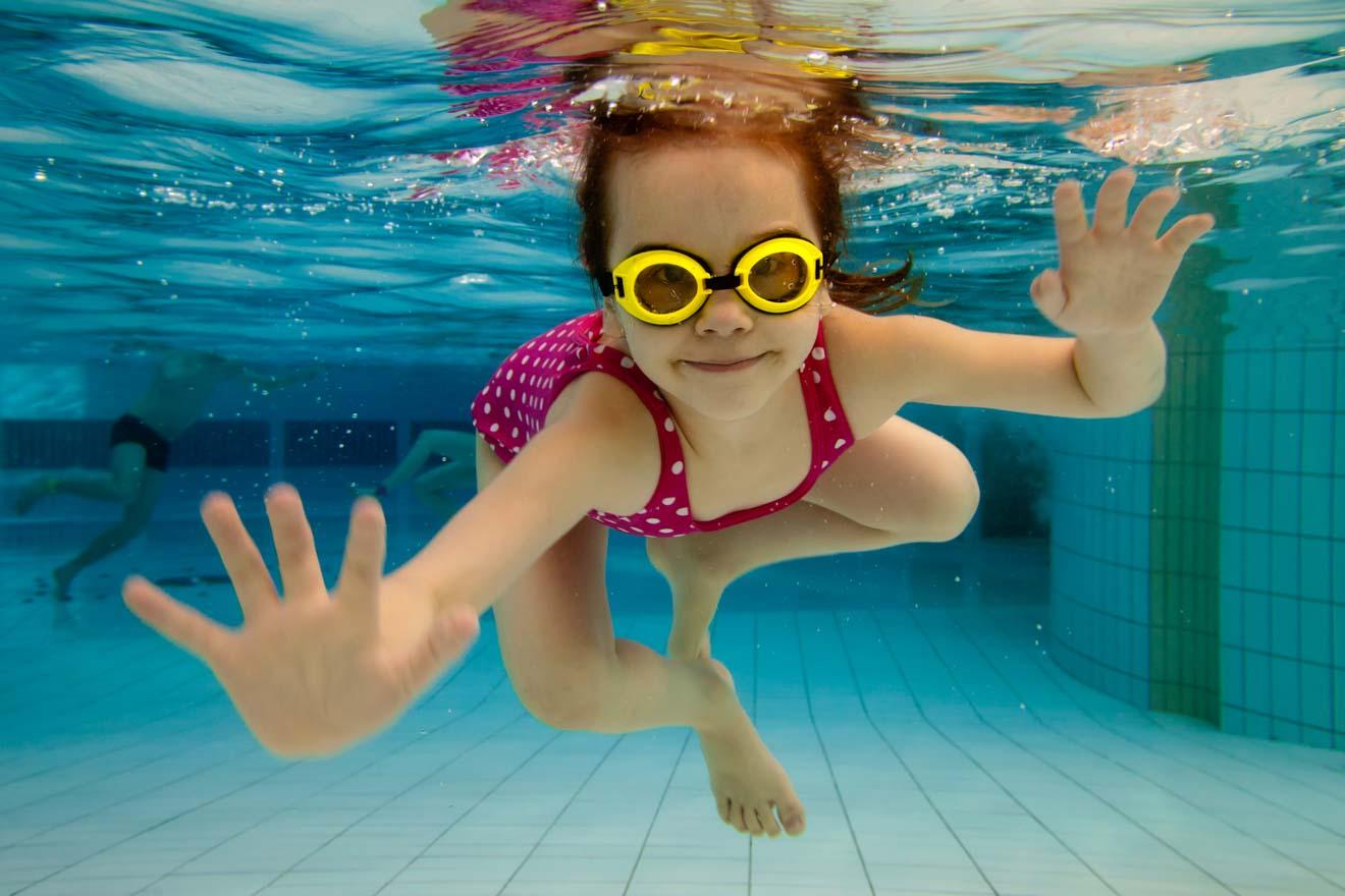 chica alegre en el parque acuático hervey bay