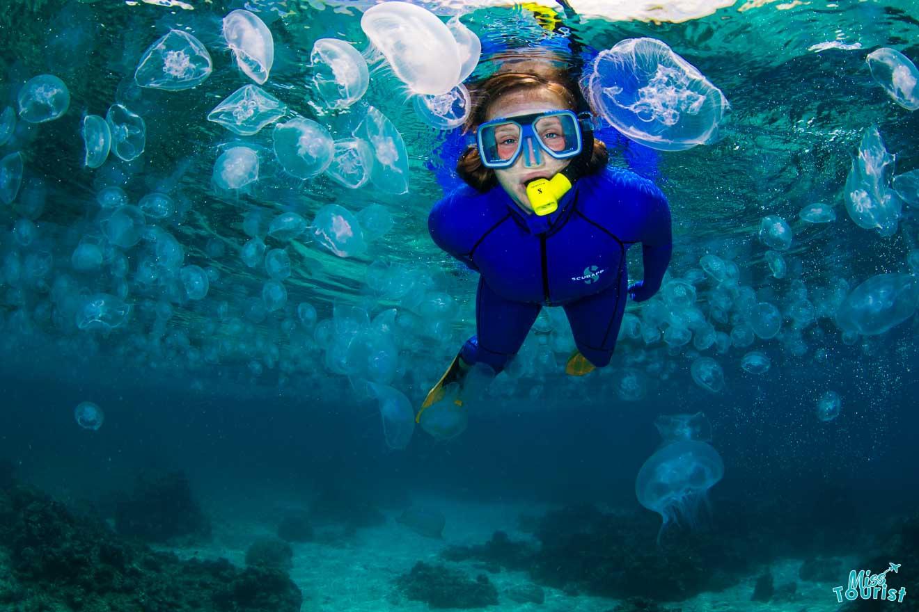 una mujer bajo el agua cosas que hacer en Port Douglas