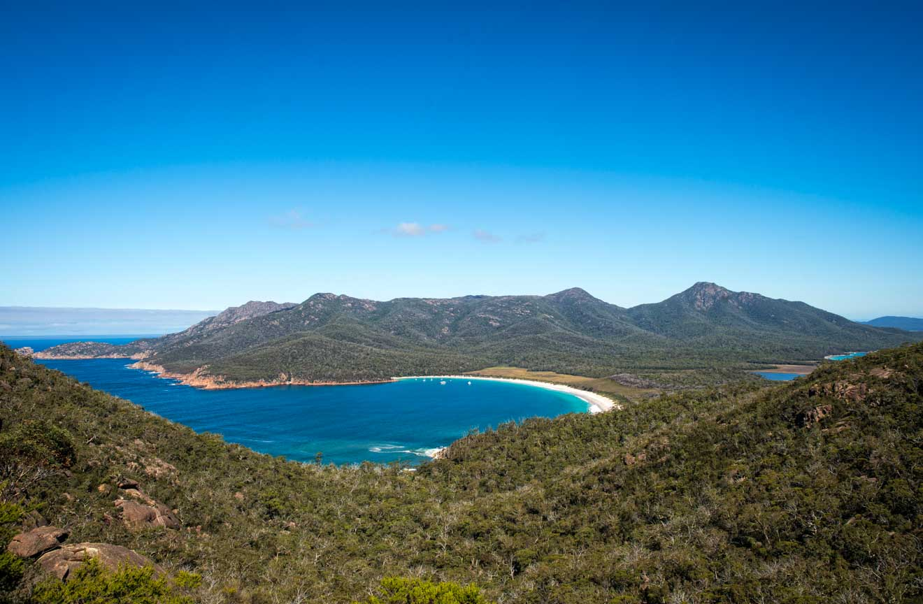 Wineglass Bay desde Mt Amos en la playa en el Parque Nacional Freycinet desde Wineglass Bay Track