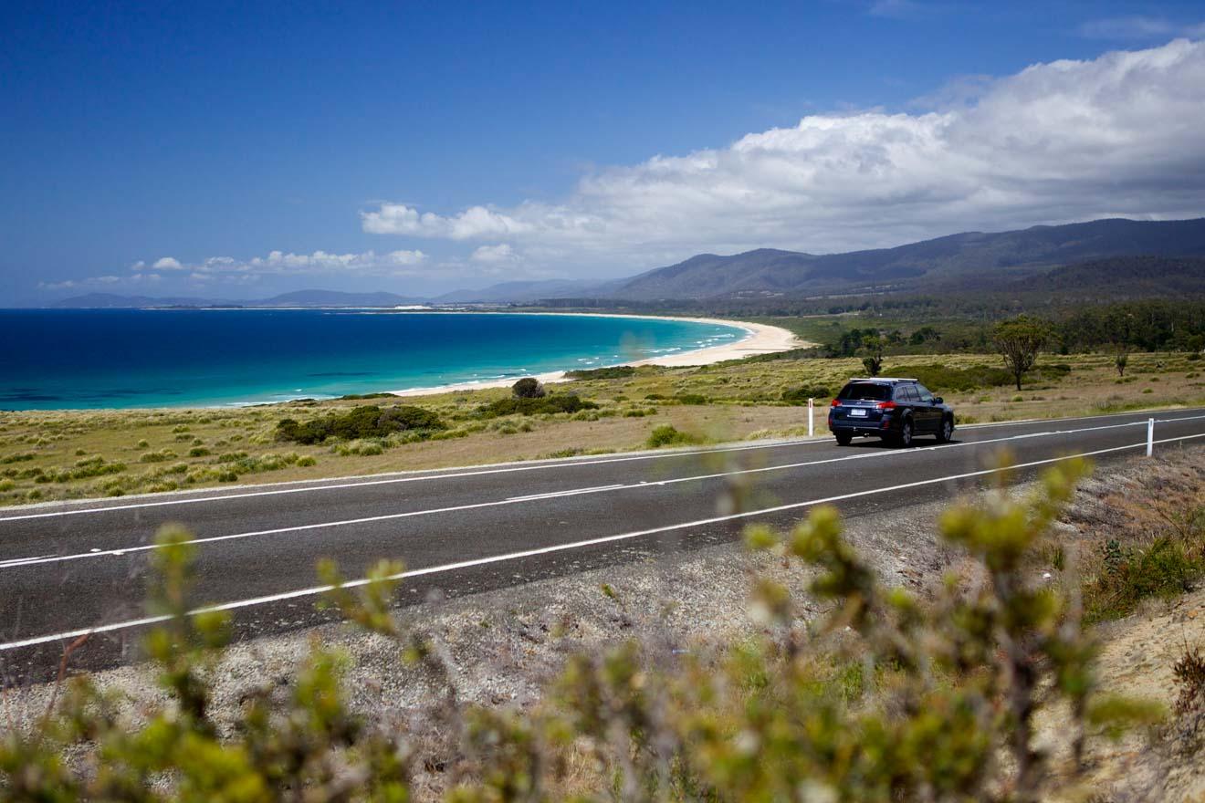 Viaje por carretera en la playa de lagunas en Tasmania