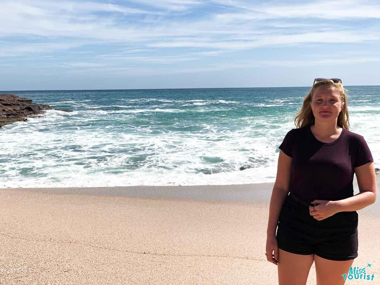 mujer en el fondo de la playa cosas que hacer en la costa del sol