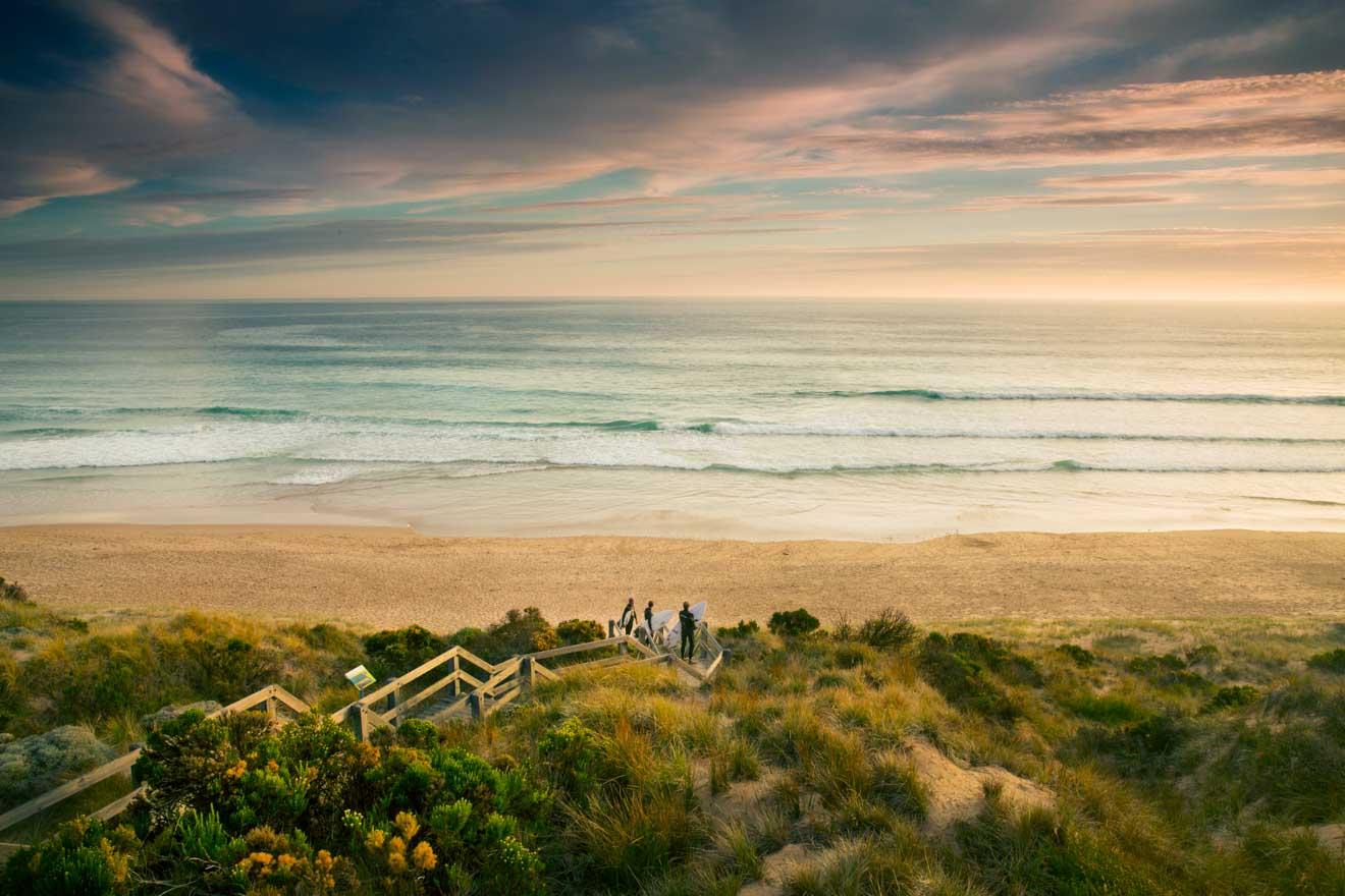 La mejor época para visitar Phillip Island - Surfistas en Forest Caves Beach ¿Qué hacer en Phillip Island?
