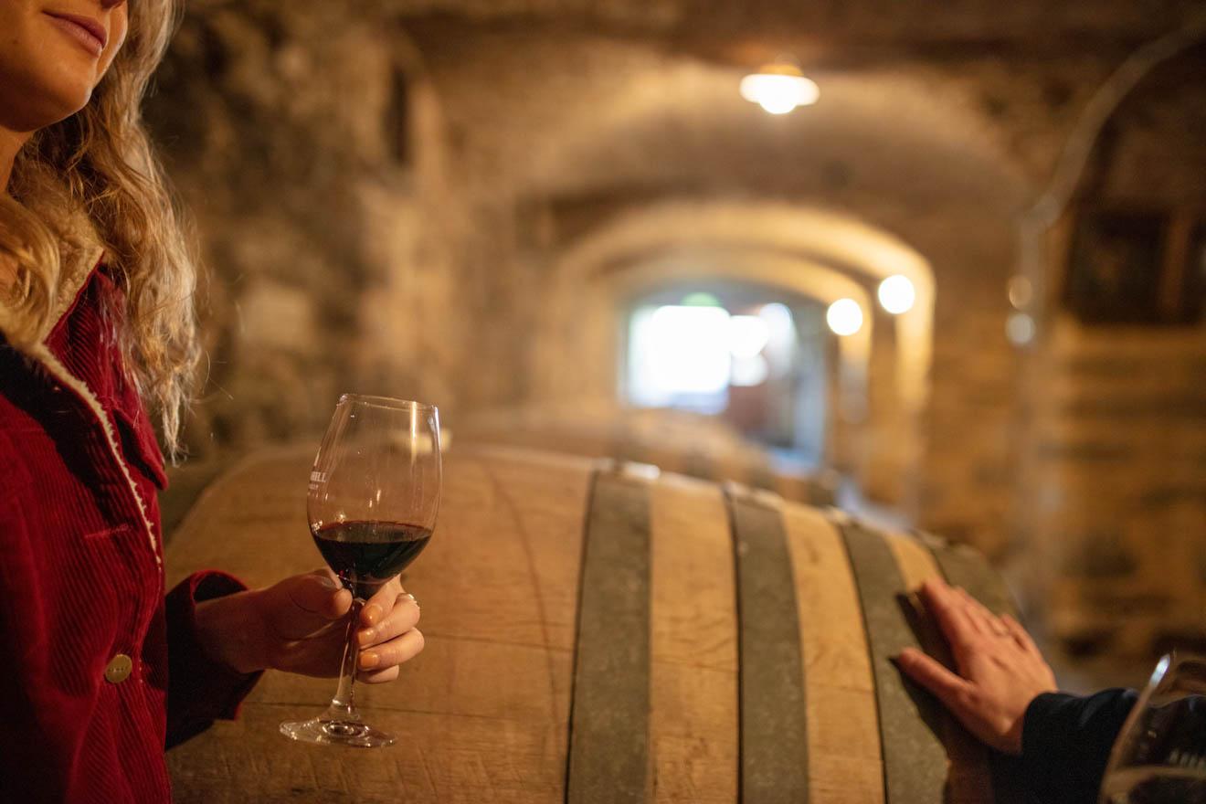 Las mejores escapadas de invierno en el sur de Australia: copa de vino Excursiones de un día desde Adelaida