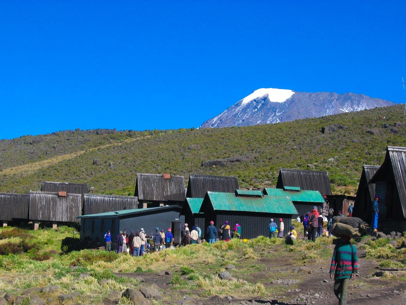 Escalar el Kilimanjaro: 7 cosas que debe saber antes de emprender la ruta Marangu